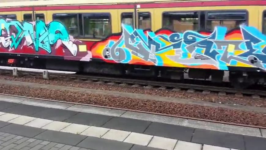 S-Bahnzug mit großflächiger Graffiti