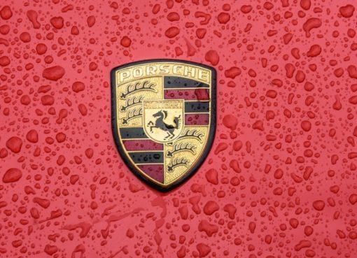 Porsche Wappen im Regen