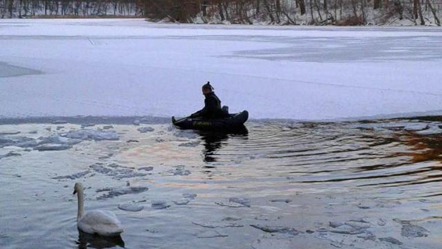 Anglerboot als Eisbrecher auf der Krumme Lanke - Foto: Amadea Leonore JJ