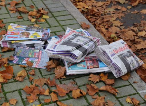Fallende Blätter und Anzeigenblätter